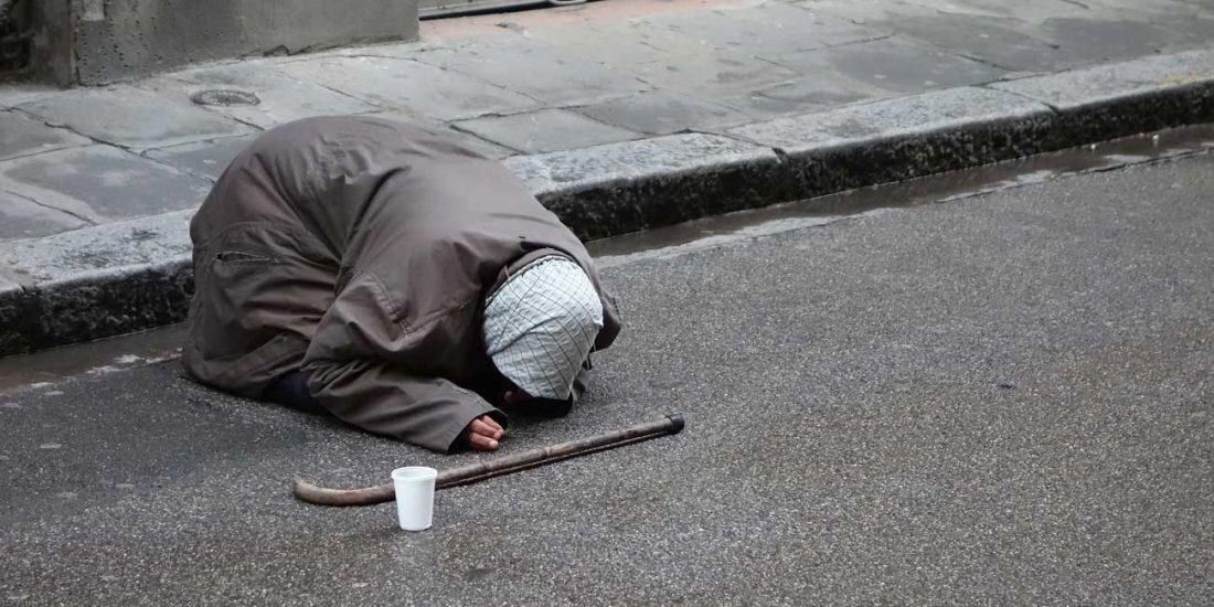 Bettlerin auf Straße
