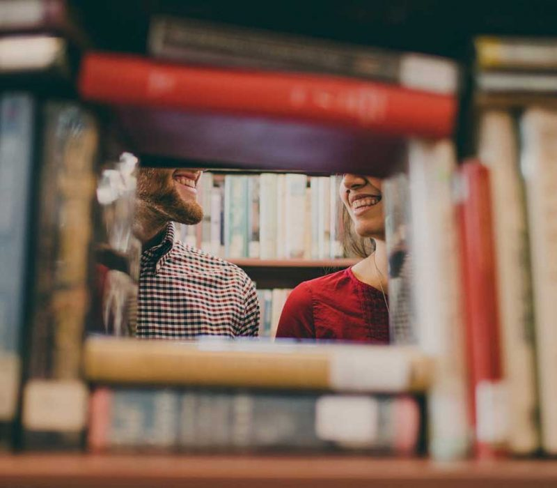Paar in Bibliothek