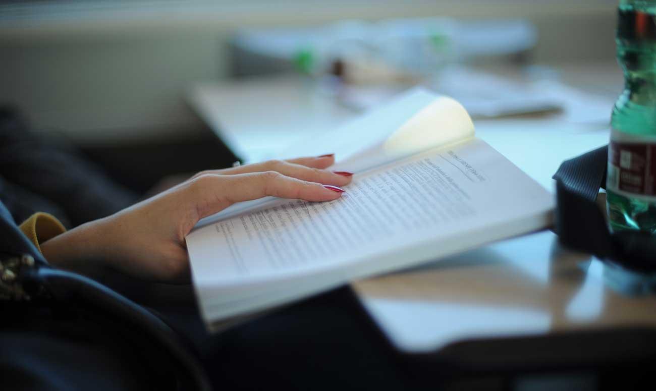 Doppelstudium in Österreich: Frau lernt in Zug