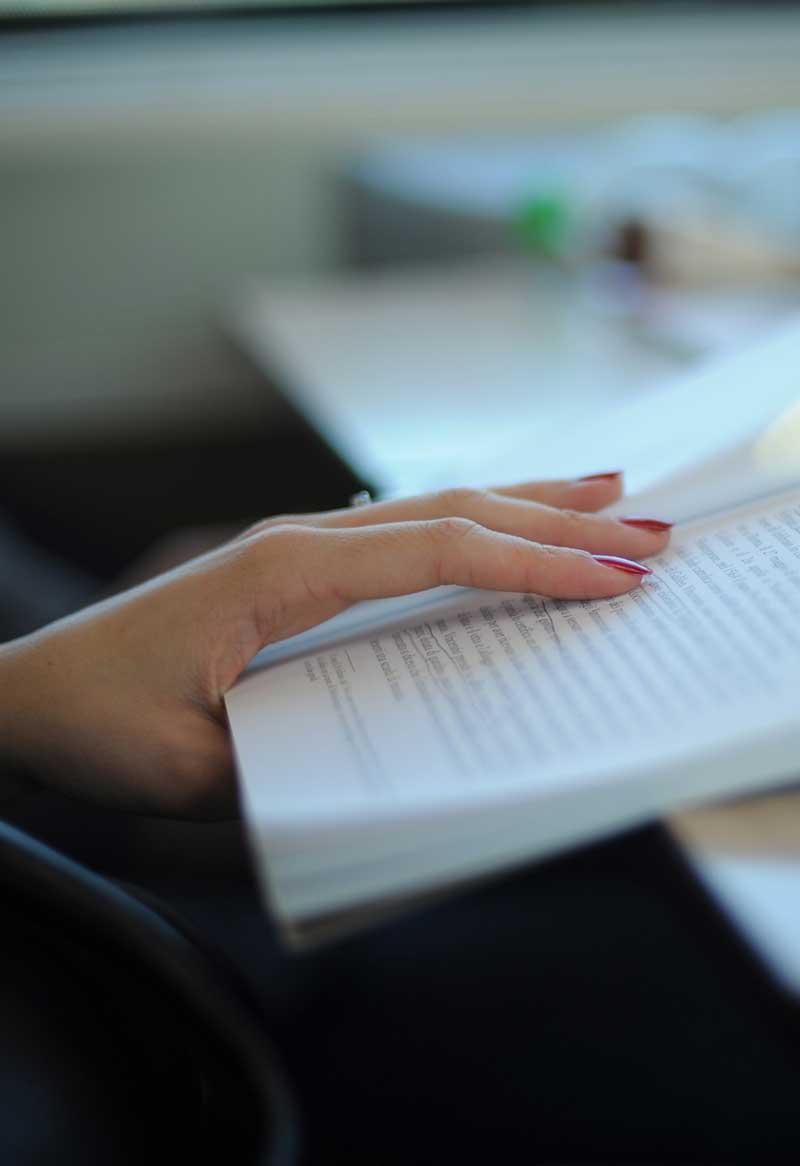 Frau lernt in Zug für Doppelstudium in Österreich