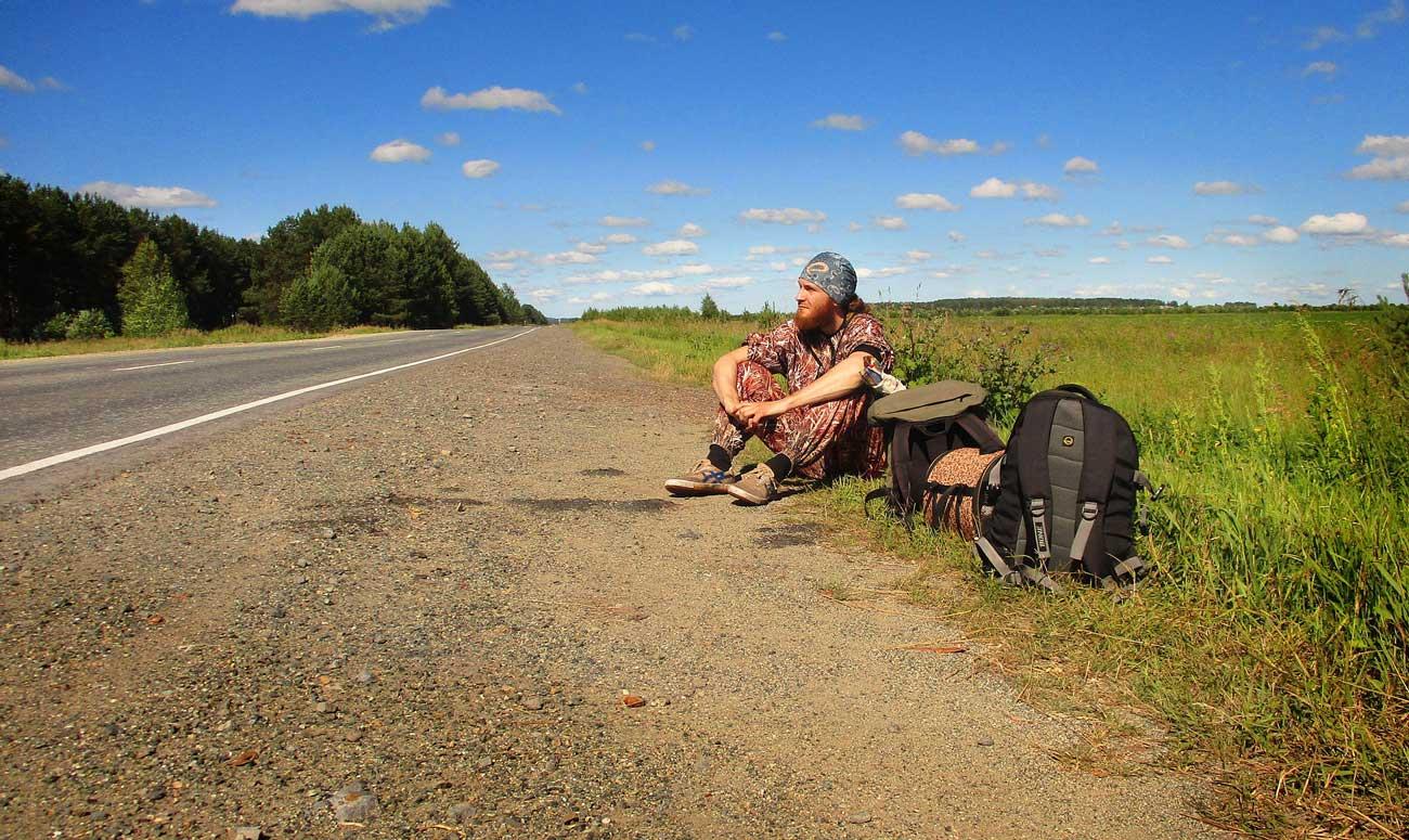 Tramper auf Straße: Tipps für die Studentenreise