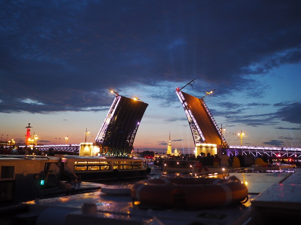 Zugbrücke in Sankt Petersburg in einer Weißen Nacht