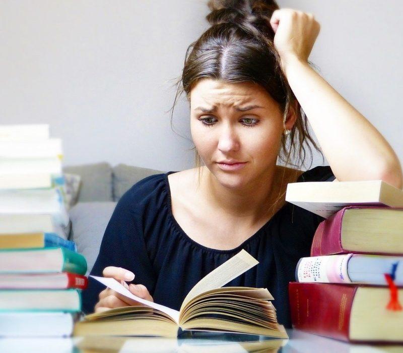 Studieren und arbeiten: Eine Doppelbelastung kann oft zu Problemen führen.