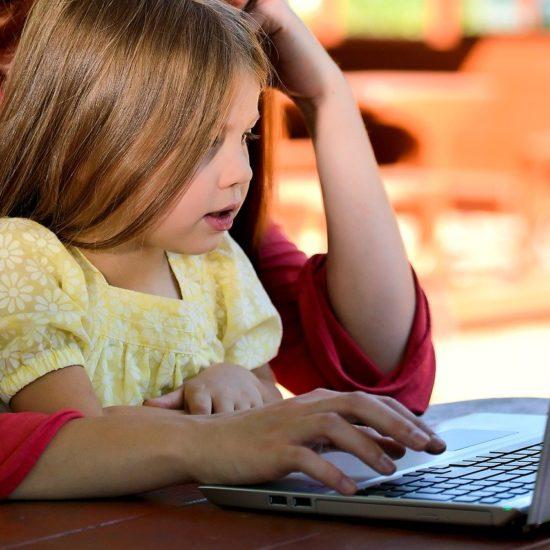 Mit einem Baby zu studieren, kann eine Herausforderung sein.